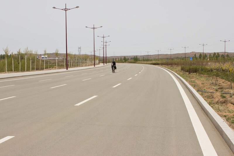пустынное шоссе у города Ордос, Внутренняя Монголия, Китай