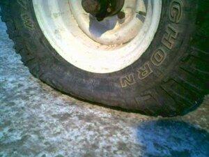 Во Владивостоке неизвестные режут колеса машин, полиция проводит проверку