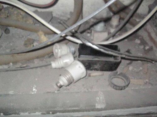 Фото 10. На дне ниши этажного щита лежат старые, уже не используемые в этом щите электроустановочные изделия - пробки и их аксессуары.