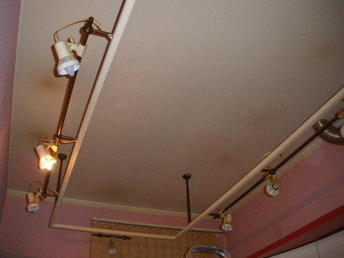 Фото 1. «Прогрессивное» для конца 1990-х - начала 2000-х годов решение основного (потолочного) освещения кухни. Оно напоминает системы трековых прожекторов коммерческого освещения, популяризация которых произошла значительно позднее.