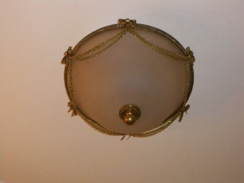Фото 3. Потолочный светильник-тарелка в коридоре. Не правда ли, он гораздо лучше тех светотехнических изделий, что продают сегодня в строительных гипермаркетах?