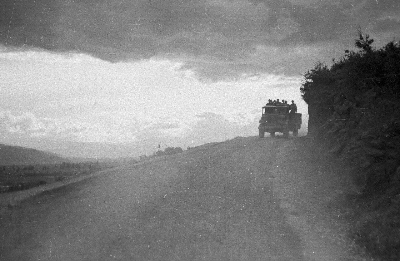 1948. Во время гражданской войны правительственным войскам было приказано укреплять свои позиции в течение ночи, когда армия повстанцев, скорее всего, будет готова нападать