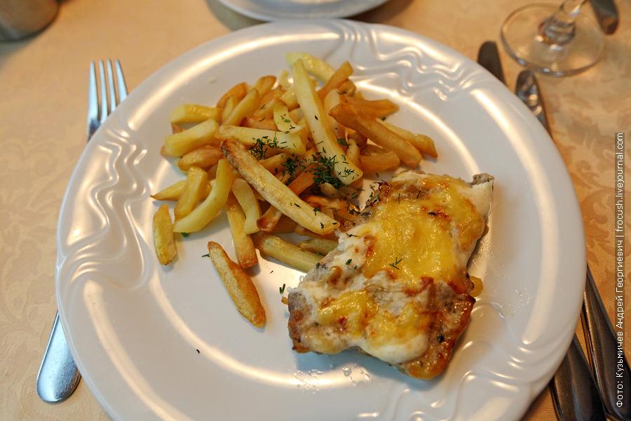 Свинина по-французски, картофель фри