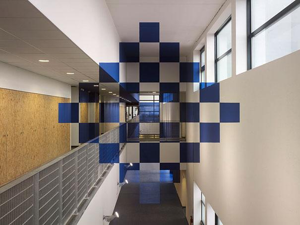 «Vingt-cinq carrés bleus en damier»