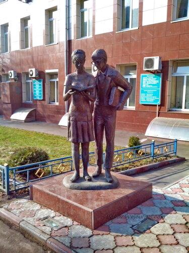 """Скульптурная композиция """"Лида и Шурик"""", Москва"""