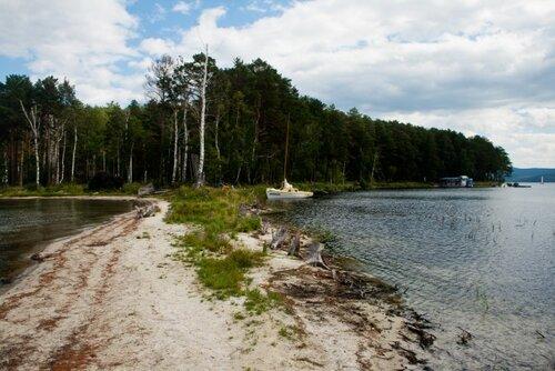 Берег озера Тургояк