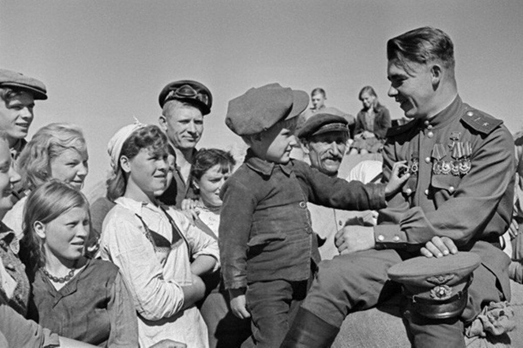 Герой Советского Союза гвардии майор Николай Пинчук в родном колхозе. Июль-август 1945 г.