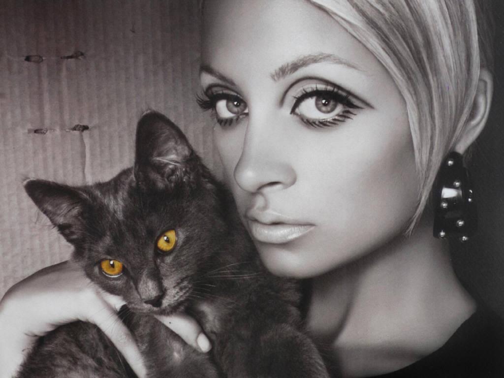 Николь Ричи с кошкой
