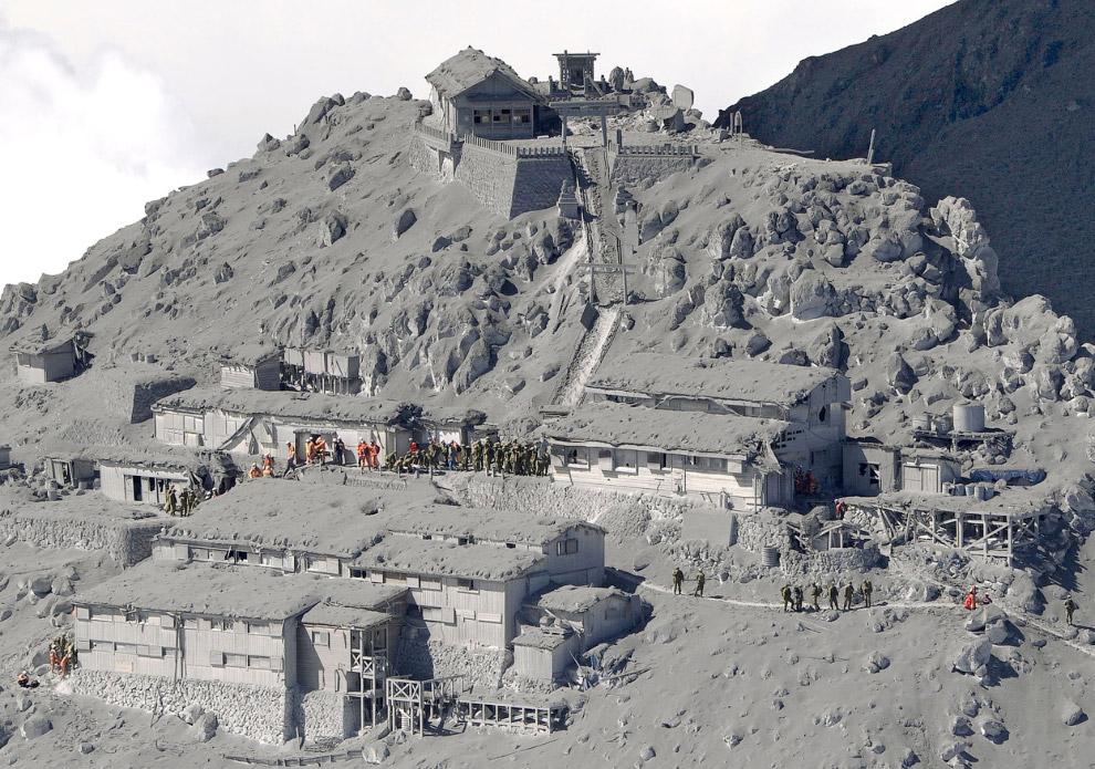 11. Спасательная операция на горе. (Фото Reuters | Kyodo):