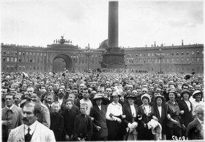 Манифестанты на Дворцовой площади перед Зимним дворцом.