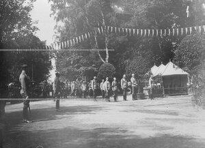 Император Николай II , великий князь Николай Николаевич и сопровождающие их лица на открытии памятника шефу полка , великому князю Михаилу Николаевичу.
