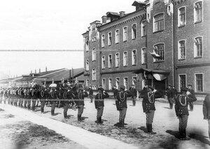 Почетный караул приветствует шефа полка великую княгиню Марию Павловну во время смотра Драгунского полка .