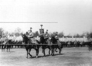 Вынос штандарта на парад в день полкового праздника.