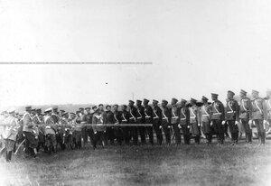 Император Николай II  в сопровождении свиты обходит подразделения вольноопределяющихся полков, произведенных в офицеры.