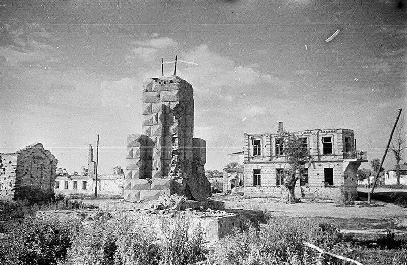 Постамент разрушенного памятника Сталину, 1943 г.