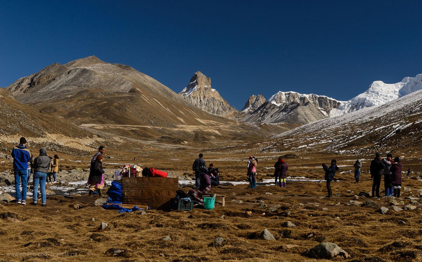 Снимок 6. Индийские туристы увидели снег в точкеZeroPoint. Отчет о поездке дикарем по Индии. Достопримечательности штата Сикким. 1/640, -1.0, 8.0, 250, 52.