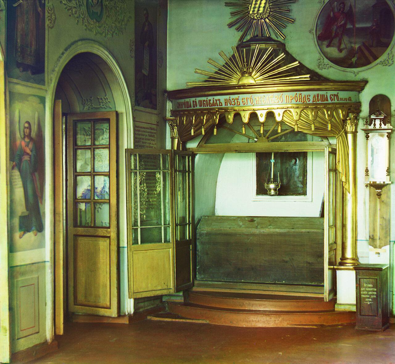 Гробница боярина Михаила Никитича Романова в с. Ныроб в зимнем соборе. Не ранее 1912.
