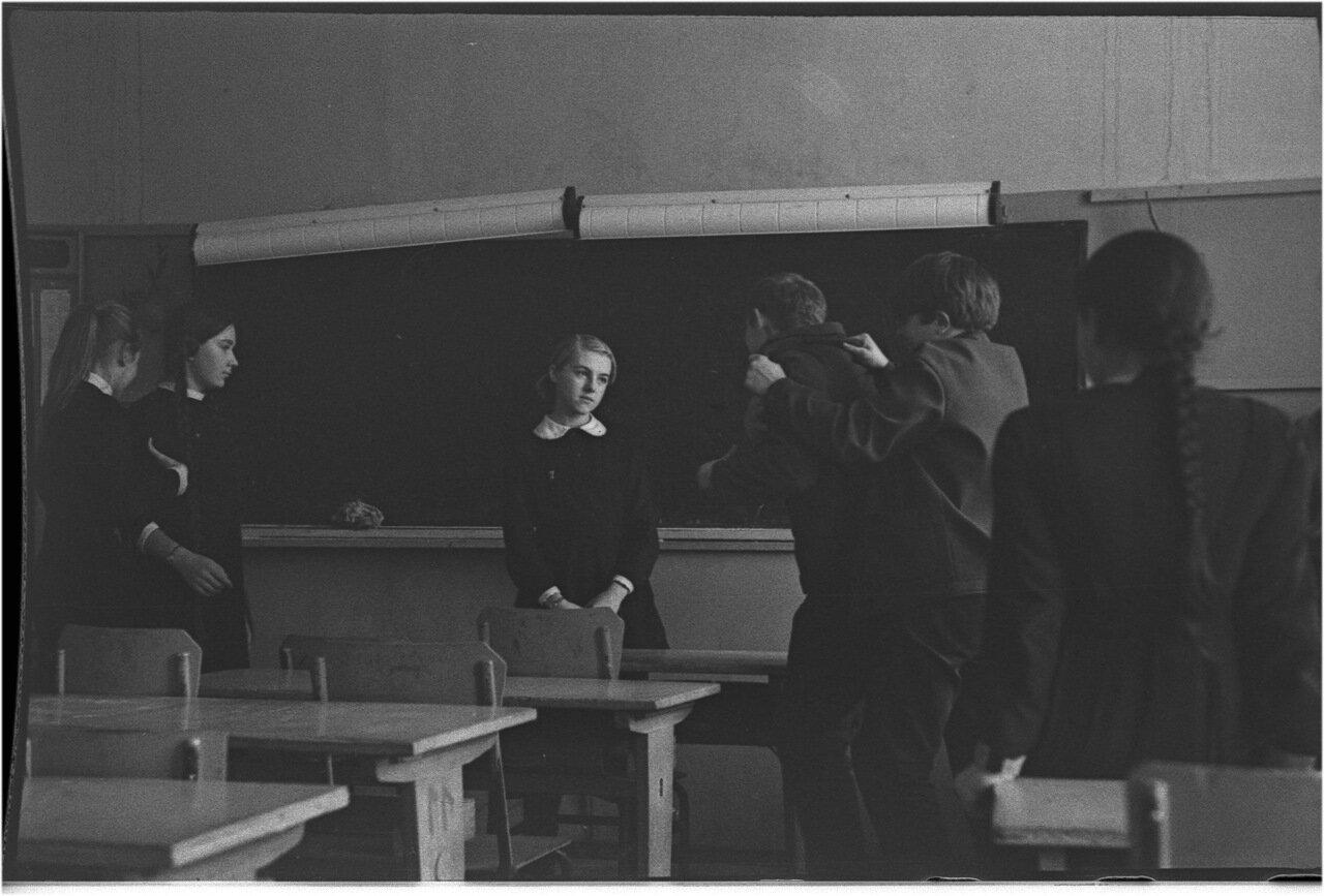 1969-70 класс 8 В. Ком собрание 10.11.1969  Ливчук. Жолдак. Богомолов. Невинский