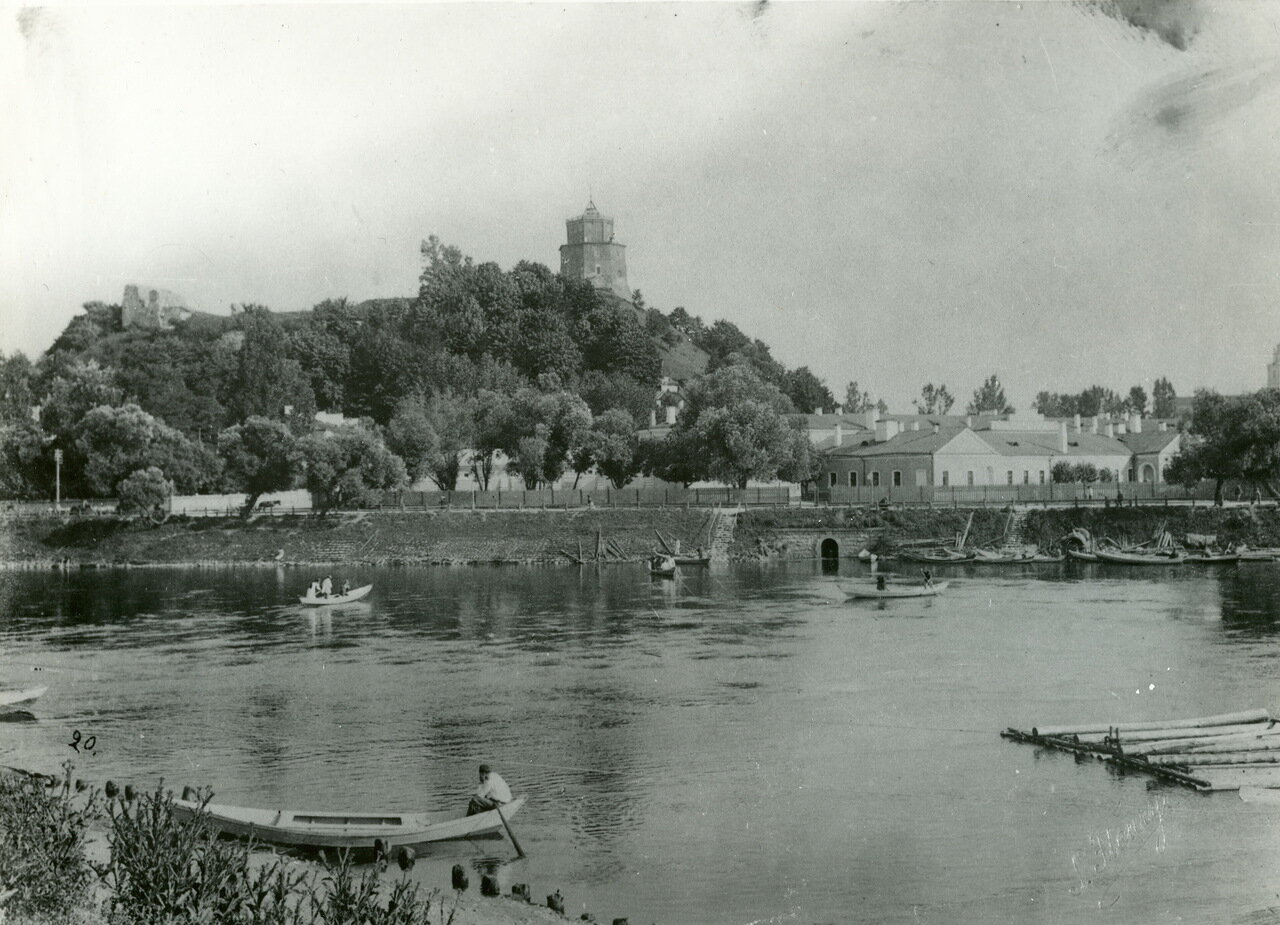 Вид на замок с правого берега