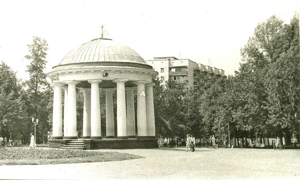 Ротонда в центральном парке культуры и отдыха имени М.Горького
