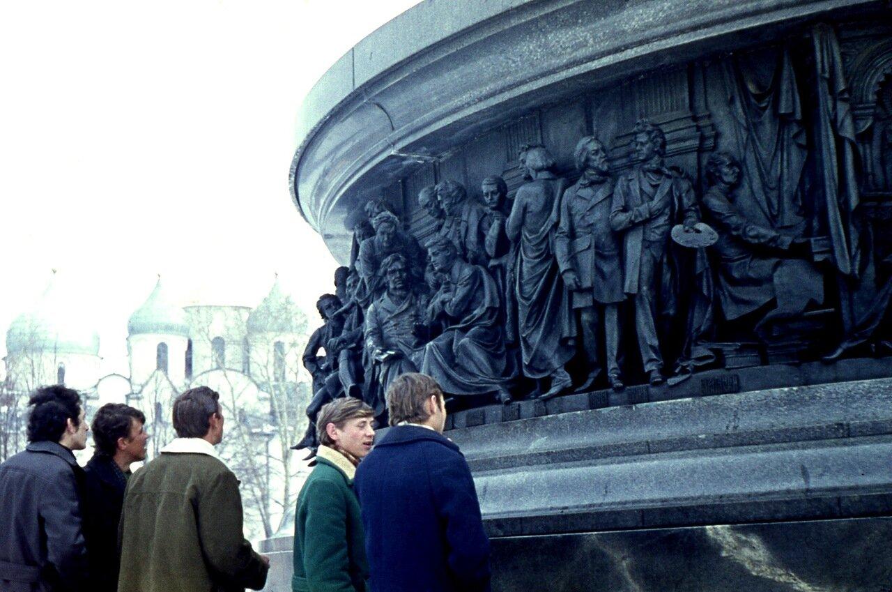 4.  Фрагмент памятника