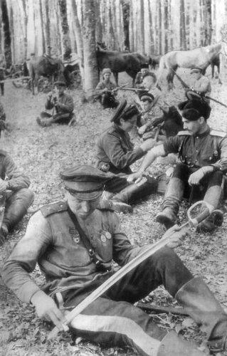 Советские кавалеристы в Карпатах. 1944 год.