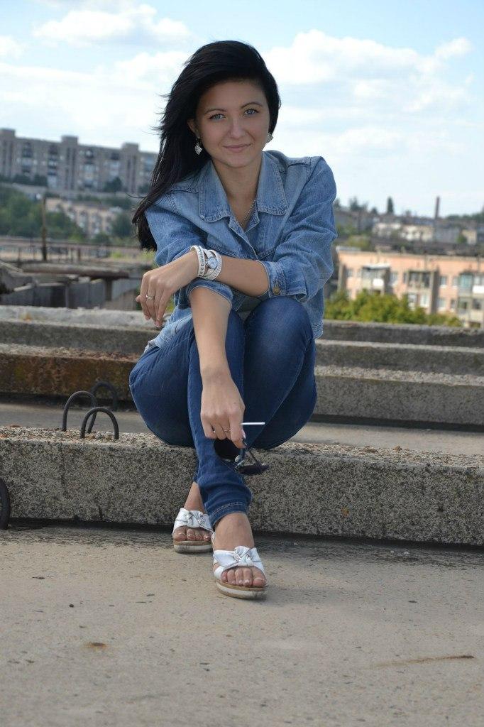 Брюнетка в джинсовом костюме  на крыше
