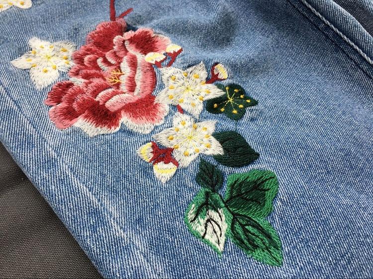 Джинсы с вышивкой цветы