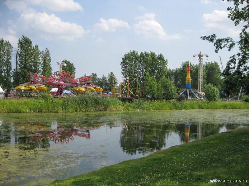 Московский парк Победы. Восточнее озёр устроен парк развлечений.