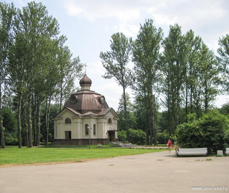 Московский парк Победы. Рядом со зданием метро не так давно построили часовню.