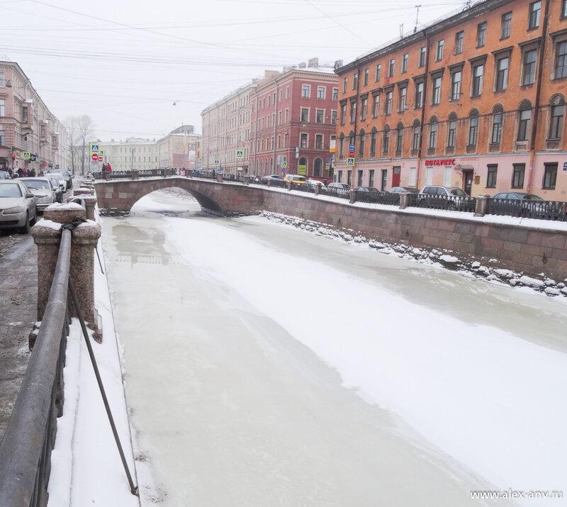 Вот он этот Каменный мост. Несмотря на дождь лёд ещё держится, но уже из последних сил.