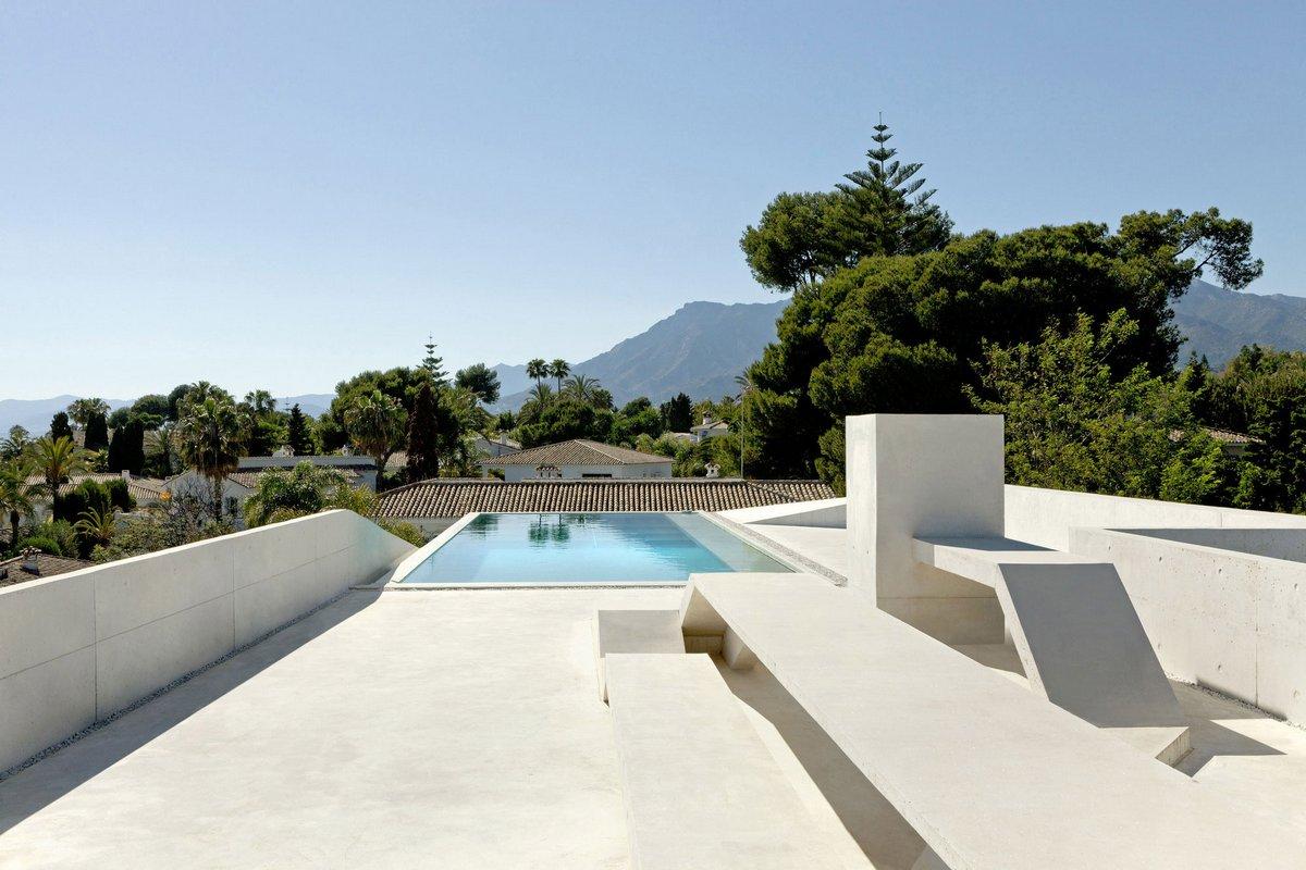 особняк в Испании, частный дом в Марбелье, бассейн на крыше дома, бассейн со стеклянным дном, светлый фасад дома, Wiel Arets Architects