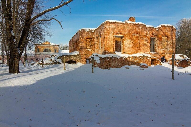 Руины главного дома и здание бывшего крепостного театра, усадьба Ольгово