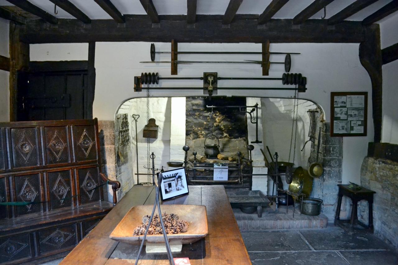 Столовая  и  кухня Halls Croft