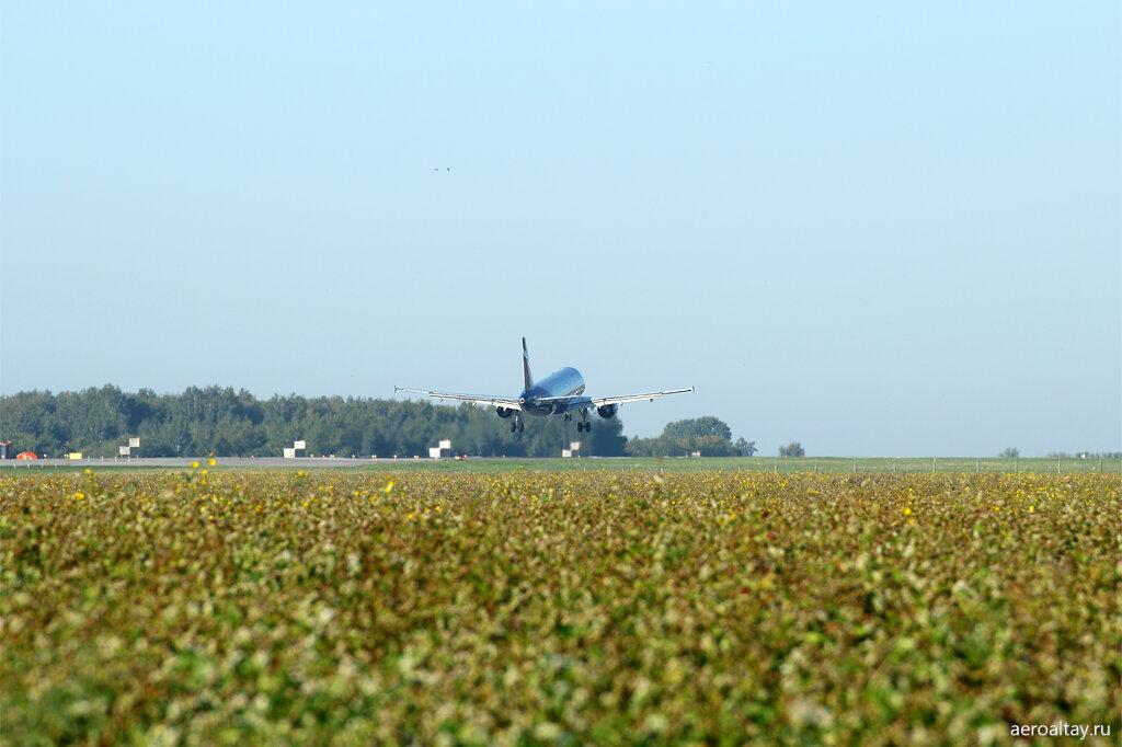 Рейс 1432 Аэрофлота из Москвы приземляется в аэропорту Барнаула