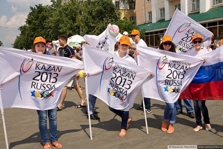 Студенты-волонтёры с символикой Универсиады