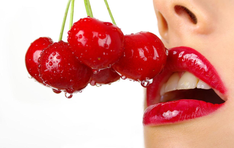девушка с вишнями во рту