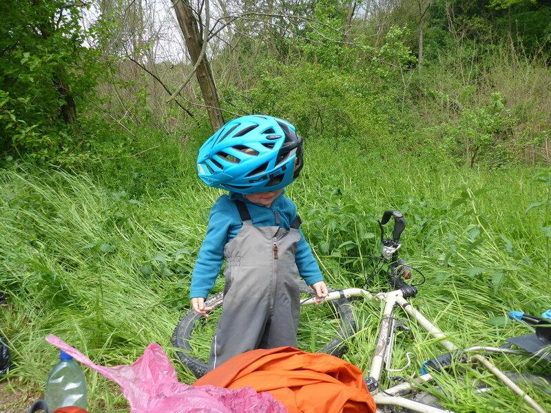 ребенок примерил папин велосипедный шлем
