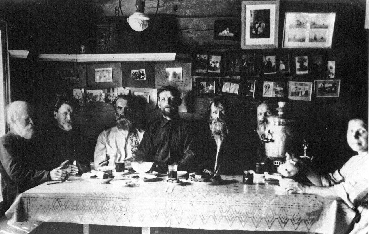 Калинин среди односельчан в доме матери . 1920 год.