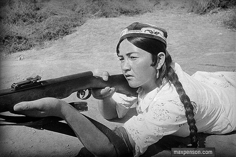 Девушка стреляет из винтовки из положения лёжа