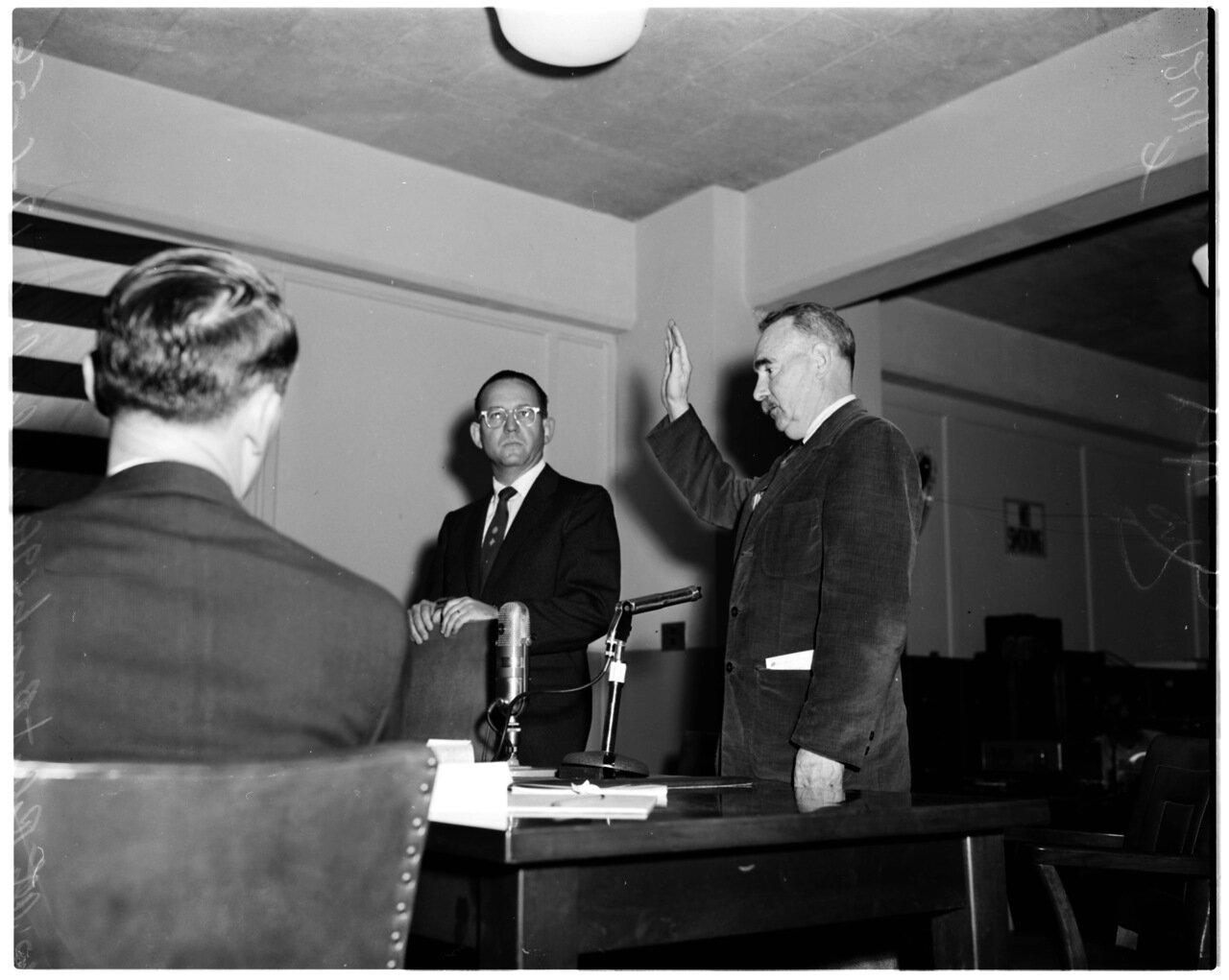 1956. 6 декабря. Комиссия по расследованию антиамериканской деятельности. Адвокат Джон Портер и Карл Брант, произносящий слова присяги