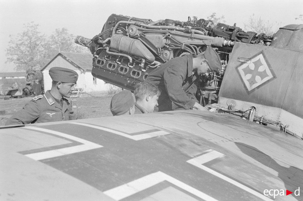 Истребитель Мессершмитт Bf.109 из третьей группы 52-ой истребительной эскадры и обслуживающий технический персонал