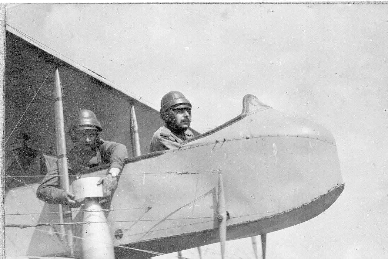 В кабине Фармана-16 Адлер показывает как бросать авиабомбу