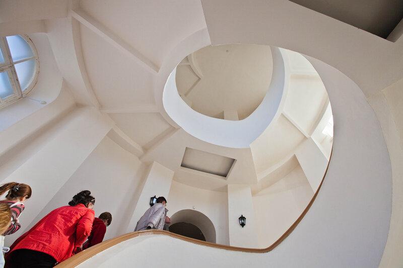 Винтовая лестница на второй уровень музея Старого Владимира