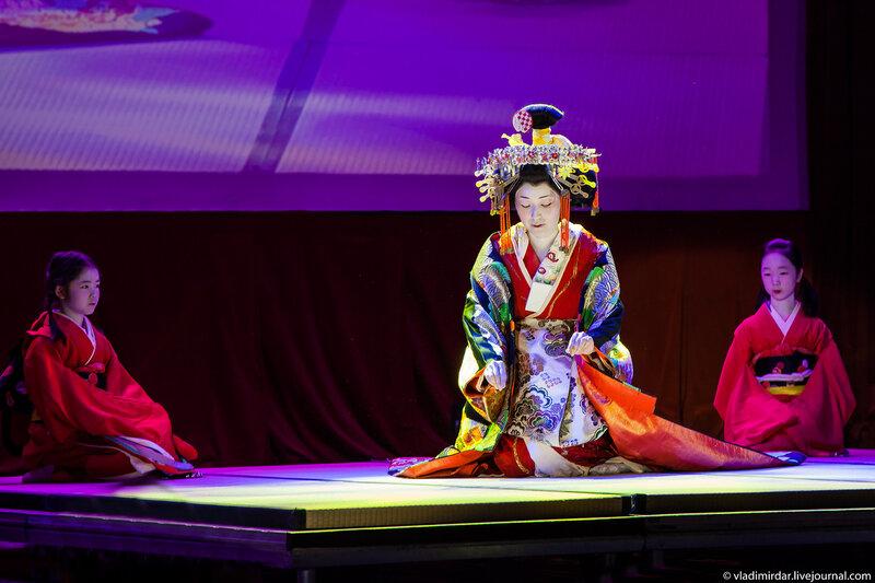 Кикукава-таю освящает пространство для чайной церемонии