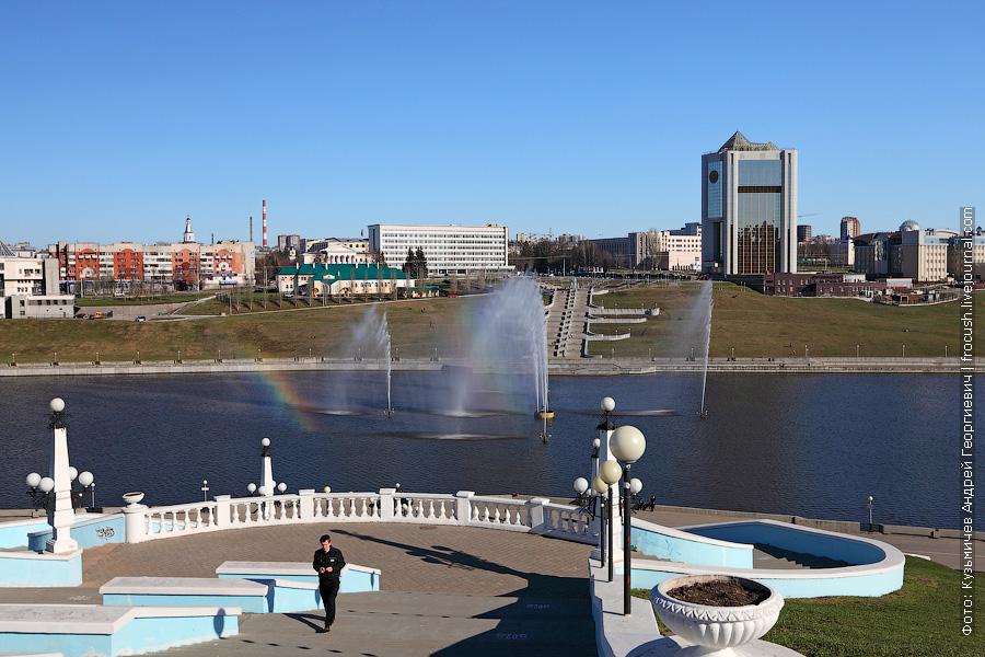 Фонтан с радугой в Чебоксарском заливе. Справа на фото дом правительства Чувашской Республики