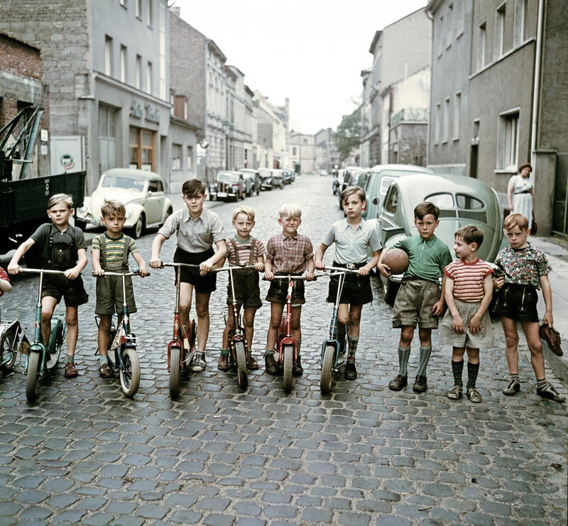 1955 Die Roller-Kinder in Bonn by Josef Heinrich Darchinger.jpg