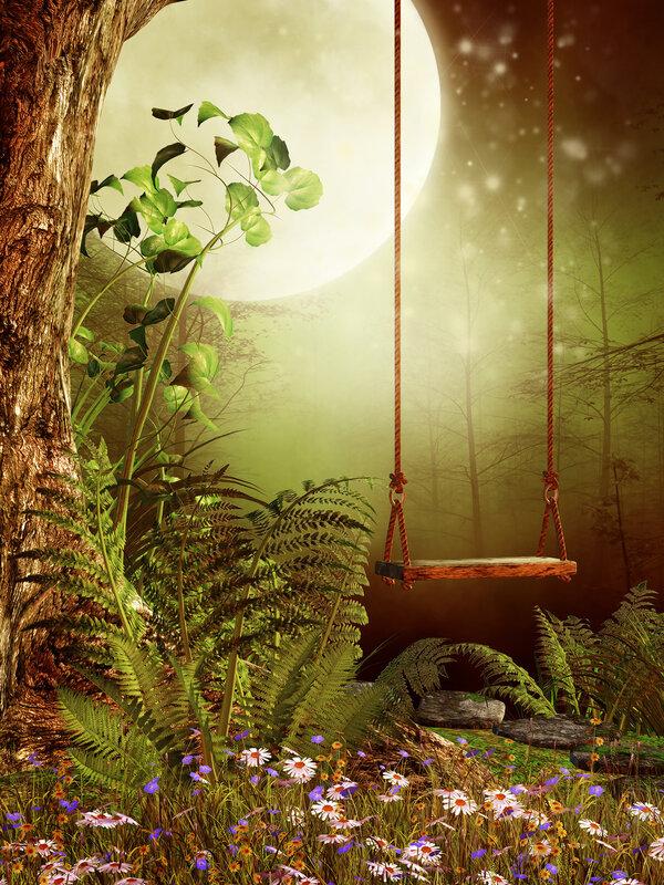Drewniana huśtawka w zaczarowanym lesie