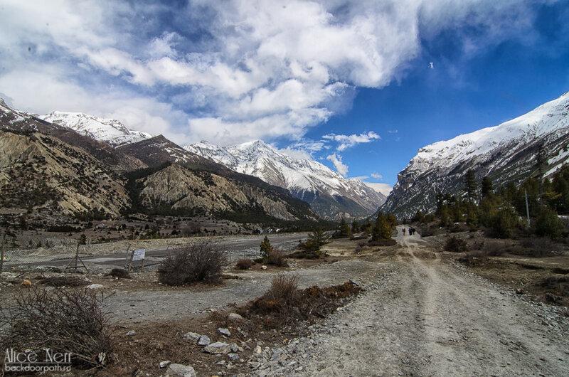 Надо быть очень внимательным, чтобы заметить слева взлетную полосу аэропорта в местечке Humde, природа, гималаи, непал, горы