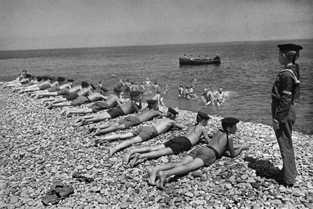 На пляже. Освобожденный Севастополь. 1944 г.